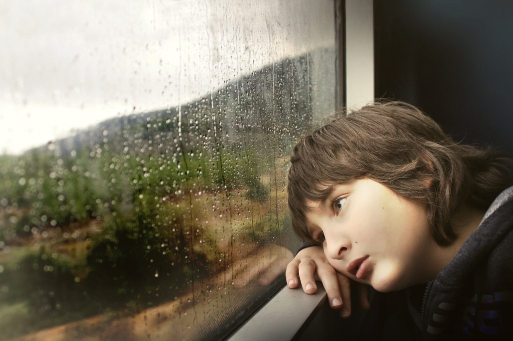窓辺でうなだれる女性